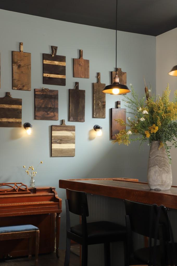 decorative cutting board wall via i spy diy on the happy list